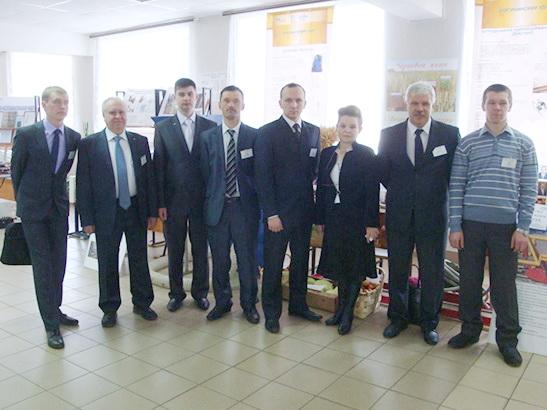 Сотрудники кафедры на выставке научных работ аспирантов